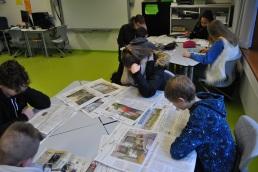 Schüler arbeiten mit der Zeitung